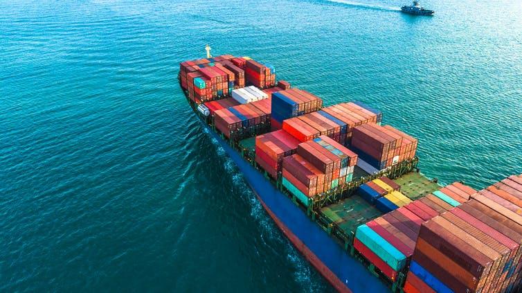 Vue aérienne d'un navire et de ses conteneurs.